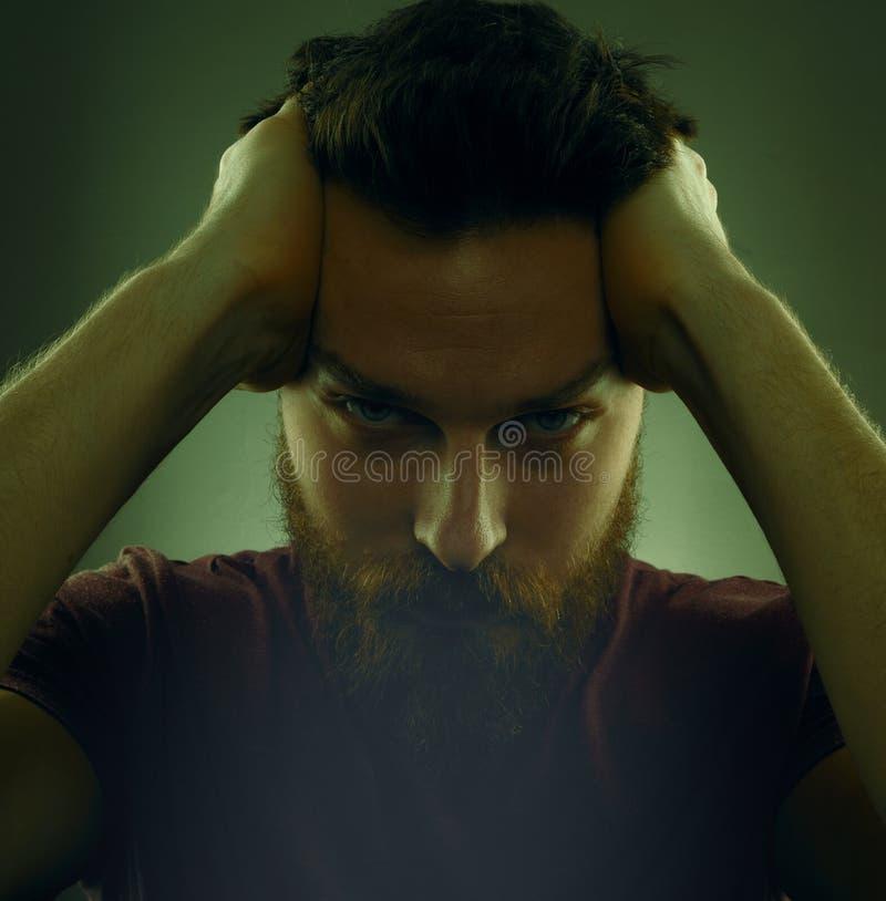 Porträt des hübschen ernsten bärtigen Mannes lizenzfreie stockbilder