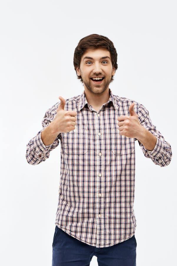Porträt des hübschen glücklichen jungen Mannes, Kameravertretung betrachtend stockbild