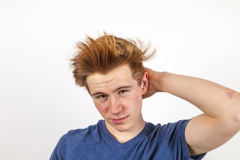 Porträt des hübschen Jugendlichen mit dem roten Haar lizenzfreies stockbild