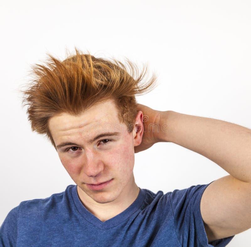 Porträt des hübschen Jugendlichen mit dem roten Haar lizenzfreie stockfotos