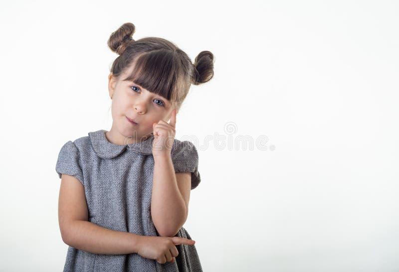 Porträt des hübschen jungen Mädchens mit angesporntem Gesichtsausdruck, der gerade eine Idee hat stockfotografie