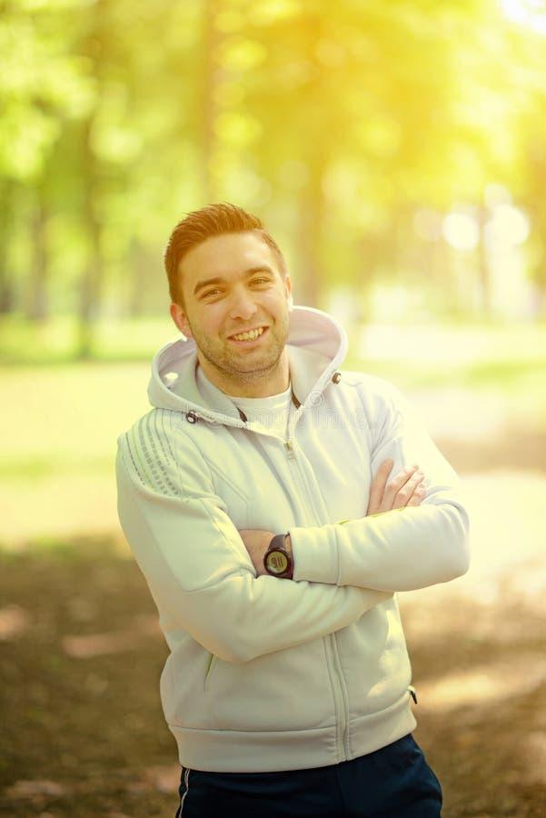 Porträt des hübschen jungen Sportlers im Park lizenzfreie stockfotos