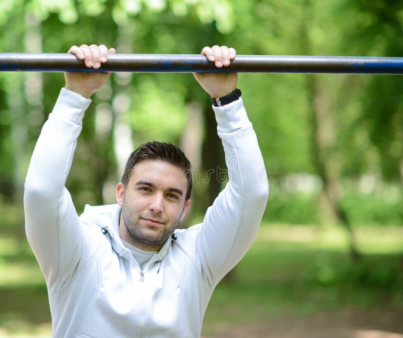 Porträt des hübschen jungen Sportlers im Park lizenzfreies stockfoto