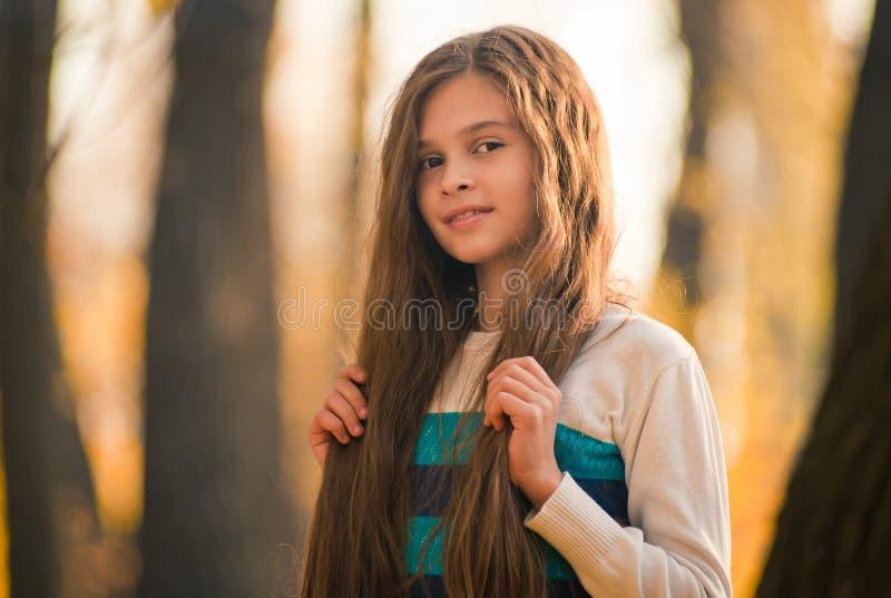Porträt des hübschen Mädchens auf dem Hintergrundgelb verlässt lizenzfreie stockfotografie