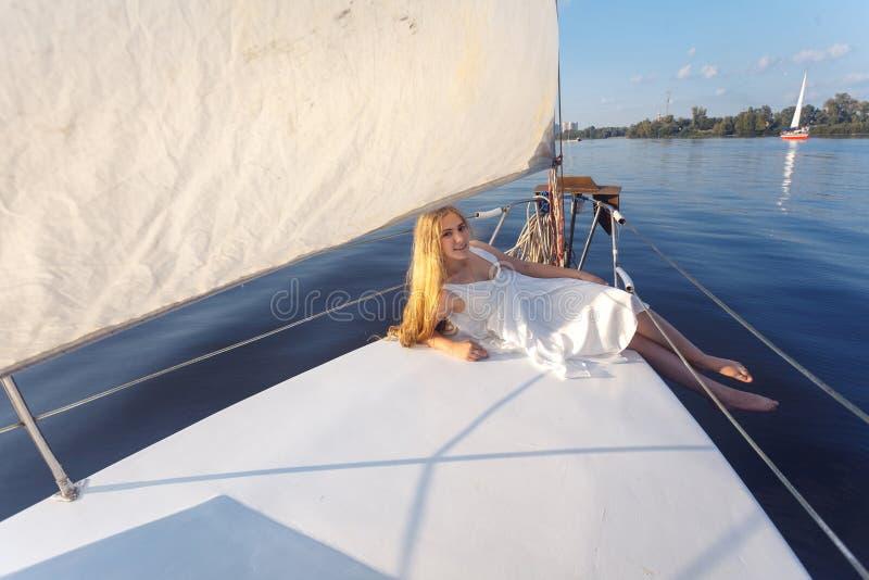 Porträt des hübschen Mädchens des glücklichen toothy smiley mit weißem Kleid und stockfotografie