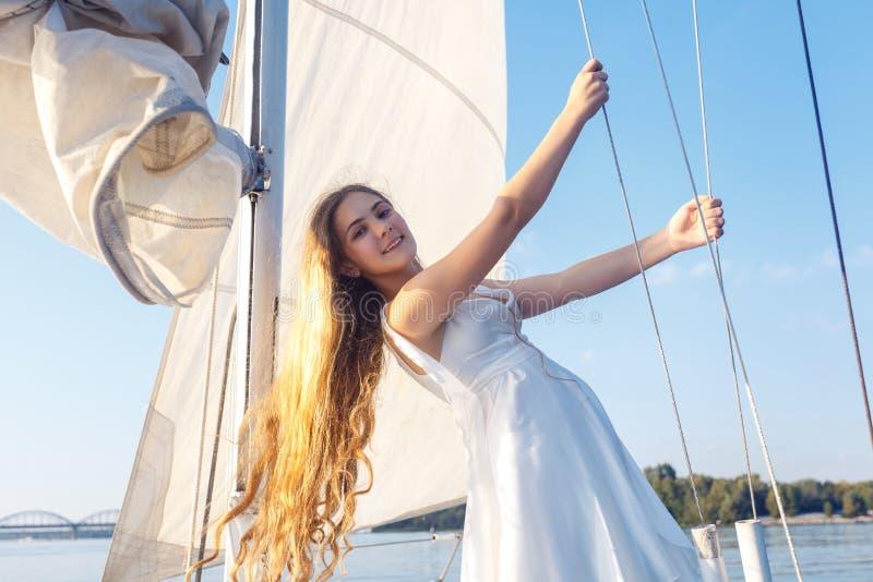 Porträt des hübschen Mädchens des glücklichen toothy smiley mit weißem Kleid und stockfotos