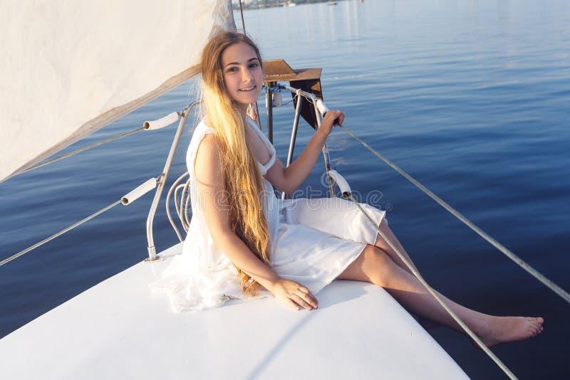 Porträt des hübschen Mädchens des glücklichen toothy smiley mit weißem Kleid und lizenzfreies stockfoto