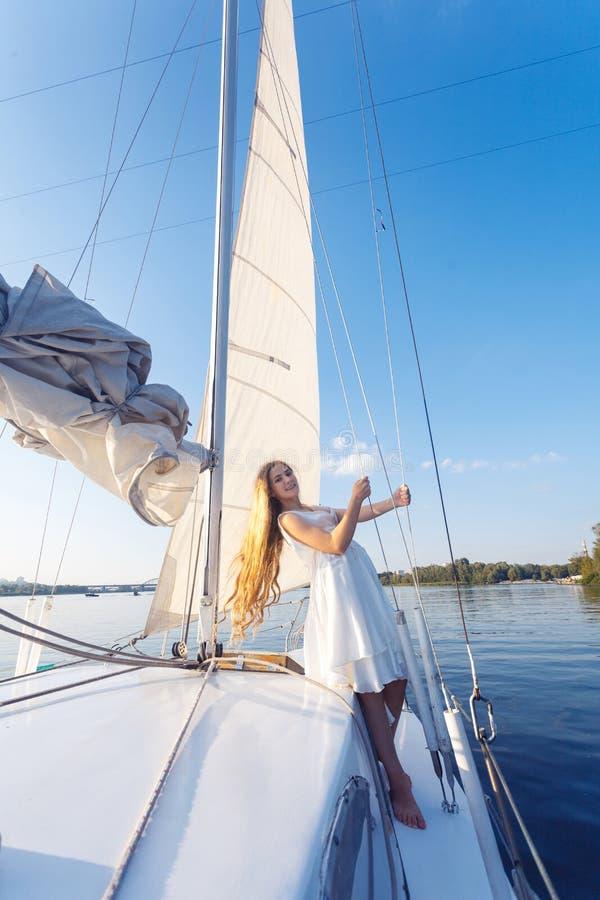 Porträt des hübschen Mädchens des glücklichen toothy smiley mit weißem Kleid und lizenzfreie stockfotografie