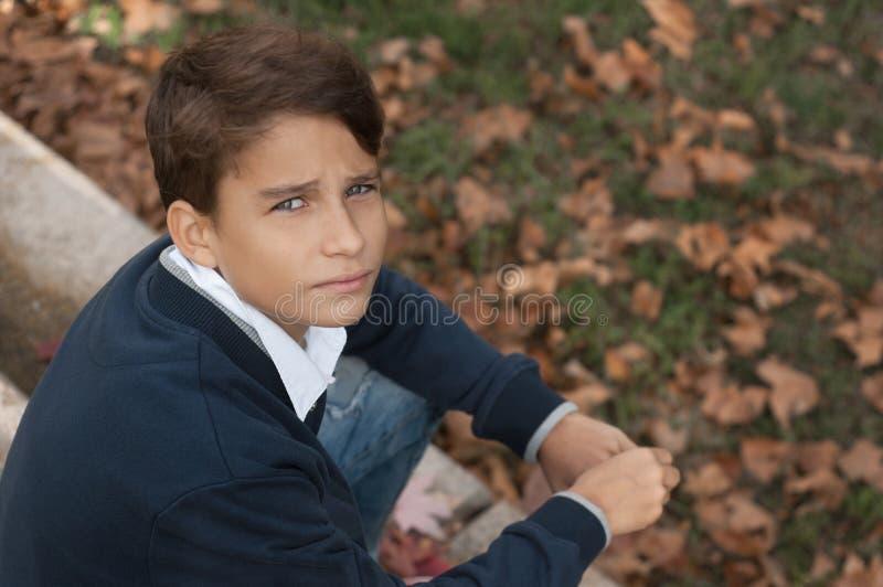 Porträt des hübschen, nachdenklichen und ernsten jugendlich Jungen draußen kerl stockfoto