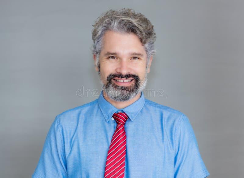 Porträt des hübschen reifen Geschäftsmannes mit Bart lizenzfreie stockfotos
