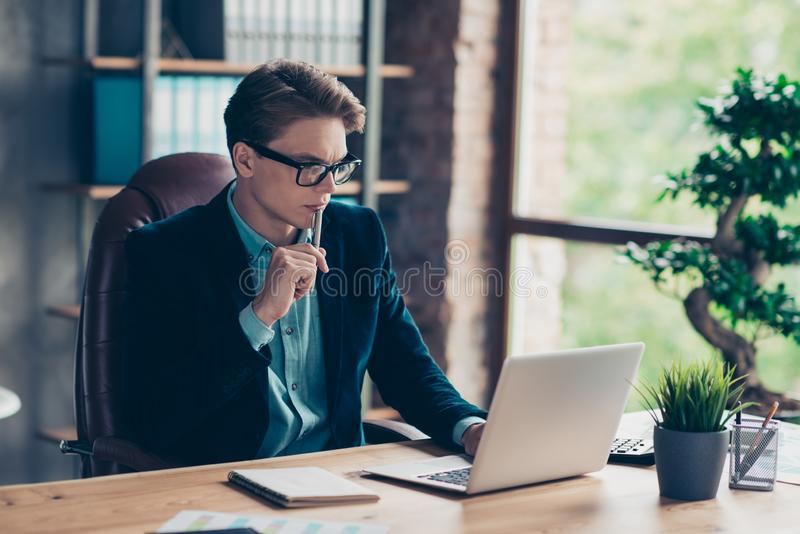 Porträt des hübschen reizend Unternehmers, Technologie des Tischplattengebrauchsbenutzer-PC zu sitzen Tabellenmoderne haben Daten stockbild