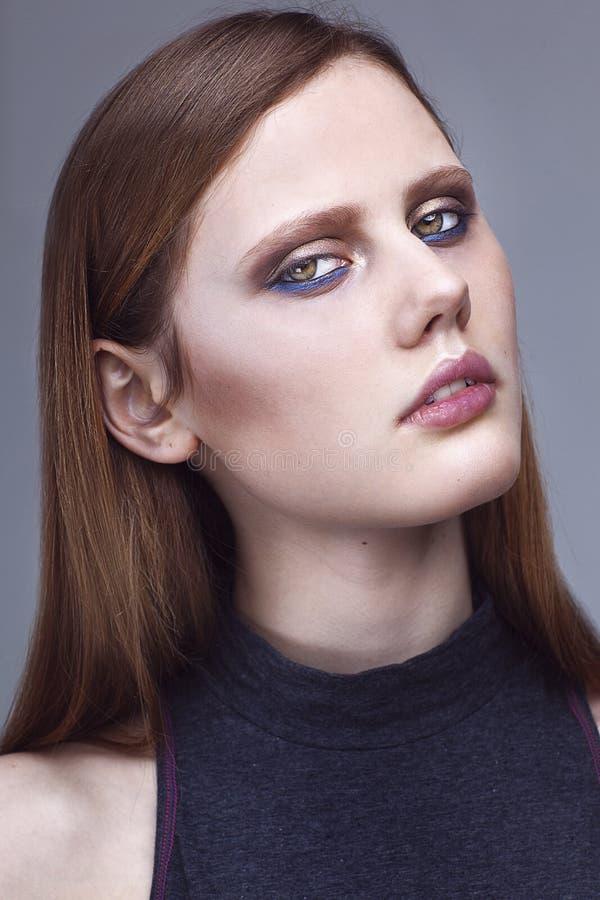 Porträt des Hautecouture-Modells auf weißem Hintergrund stockfotografie