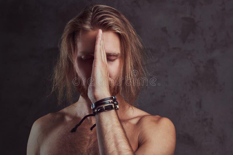 Porträt des hemdlosen Rothaarigegutaussehenden mannes, lokalisiert auf dunklem Hintergrund stockfotos