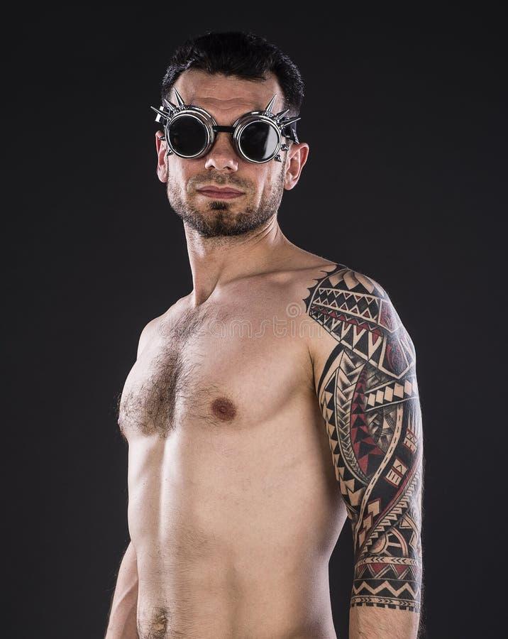 Porträt des hemdlosen tätowierten Mannes lizenzfreie stockbilder