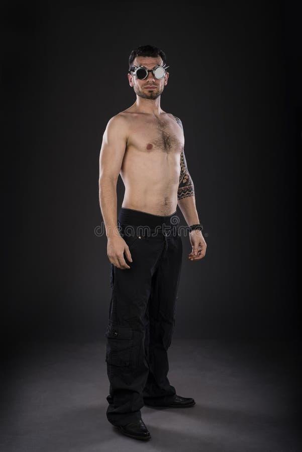 Porträt des hemdlosen tätowierten Mannes lizenzfreie stockfotos