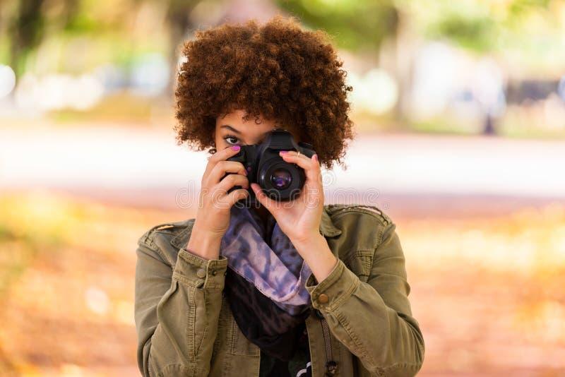 Porträt des Herbstes im Freien schönen Afroamerikanerjunge woma stockbild