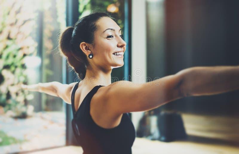 Porträt des herrlichen übenden Yoga der jungen Frau Innen Schönes Mädchenpraxis Kriegers-Licht asana Stille und entspannen sich lizenzfreies stockbild