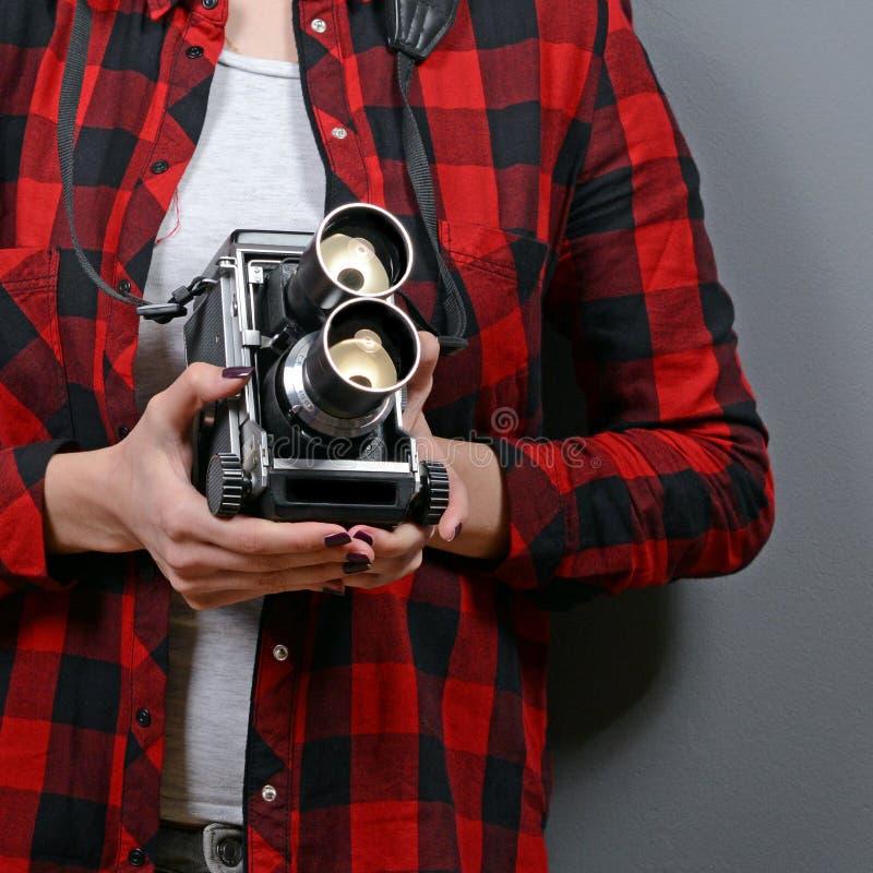 Porträt des Hippie-Mädchens mit Retro- Kamera gegen grauen Hintergrund stockbild