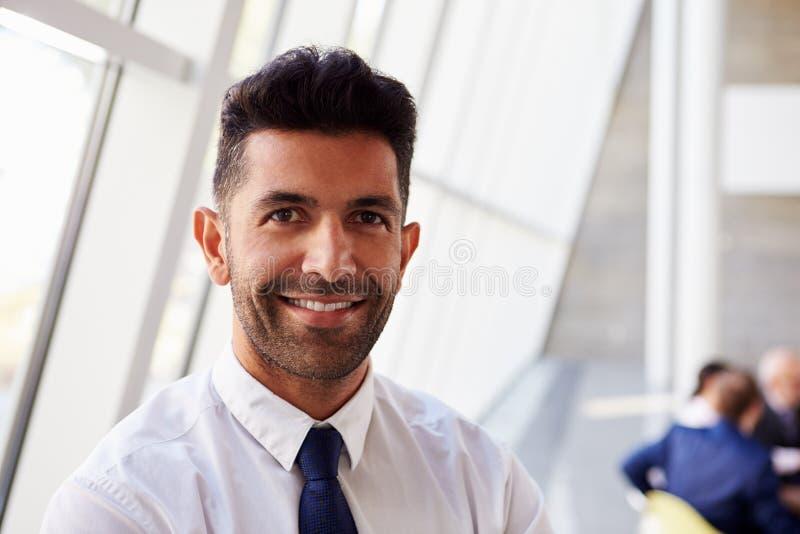 Porträt des hispanischen Geschäftsmannes In Modern Office stockfotografie