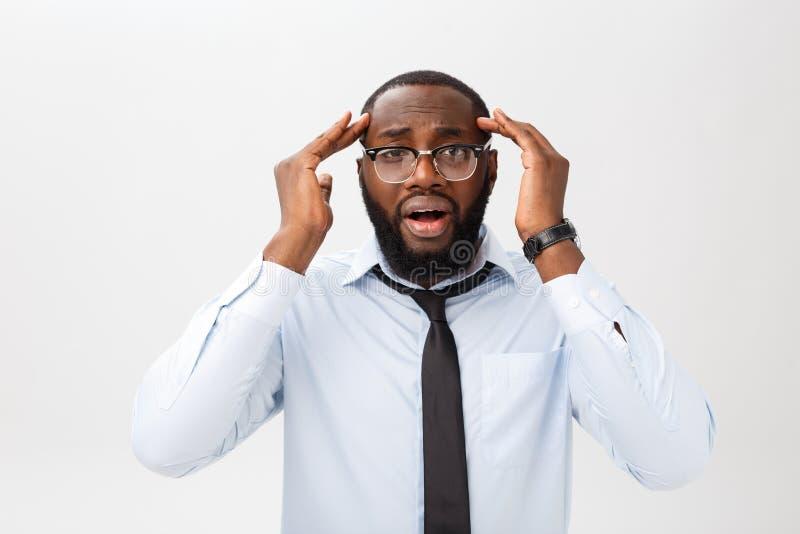Porträt des hoffnungslosen gestörten schwarzen männlichen Schreiens in der Raserei und in Ärger, die heraus sein Haar beim Fühlen stockbild