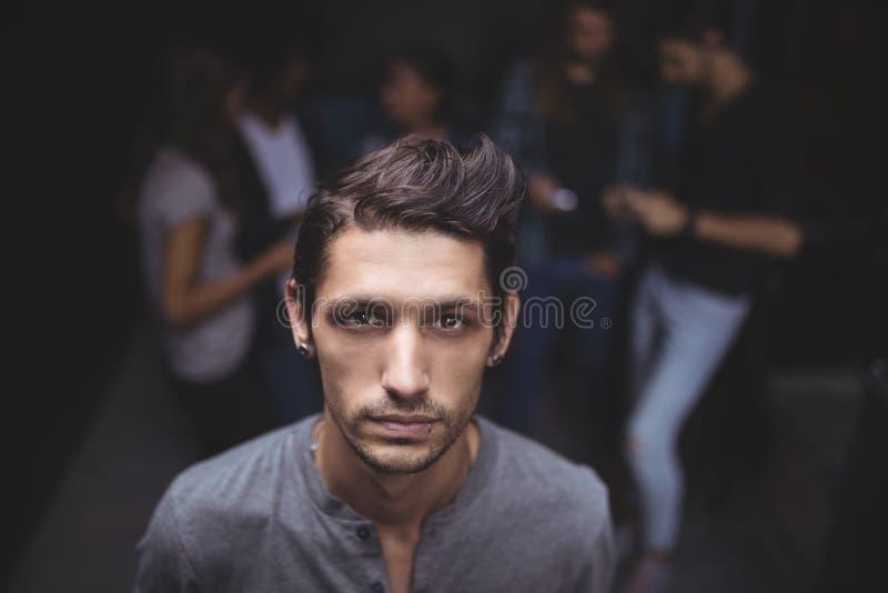 Porträt des hohen Winkels des jungen Mannes stockfotos