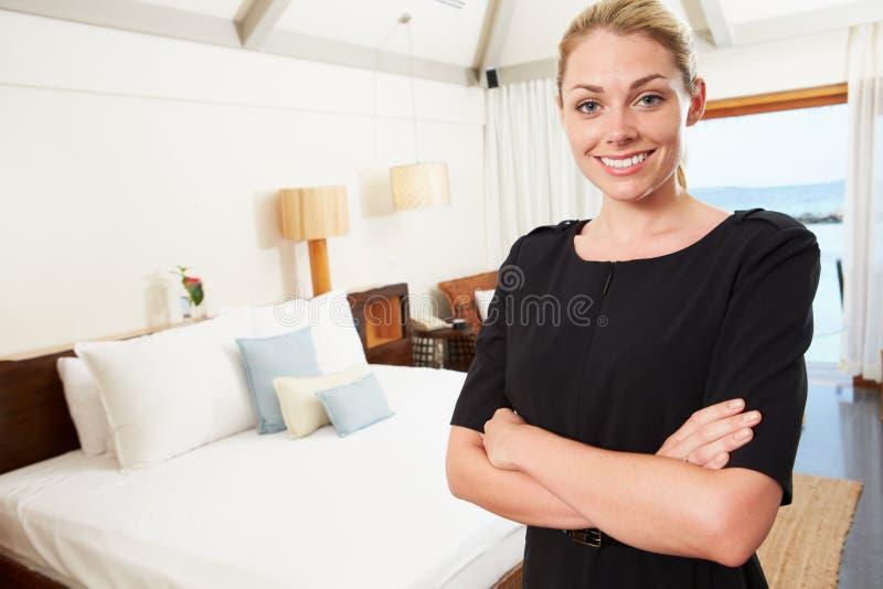 Porträt des Hotel-Stubenmädchens im Gast-Raum stockbild