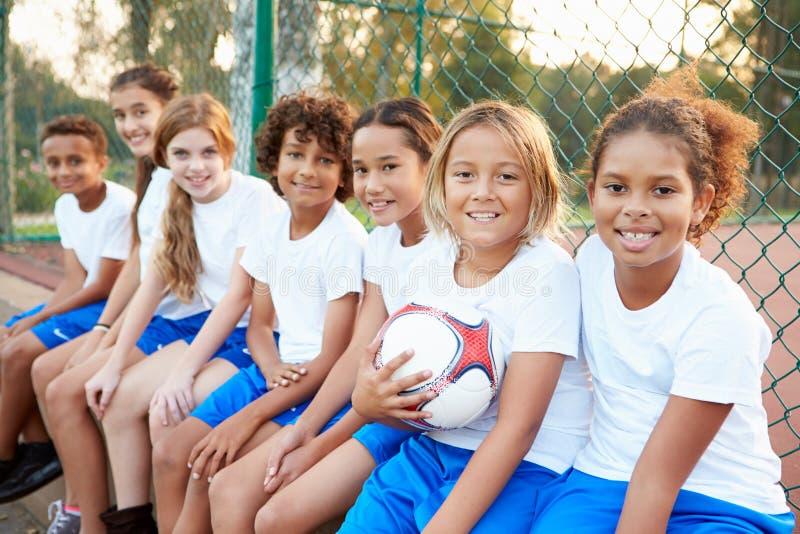 Porträt des Jugend-Fußballs Team Training Together lizenzfreies stockbild