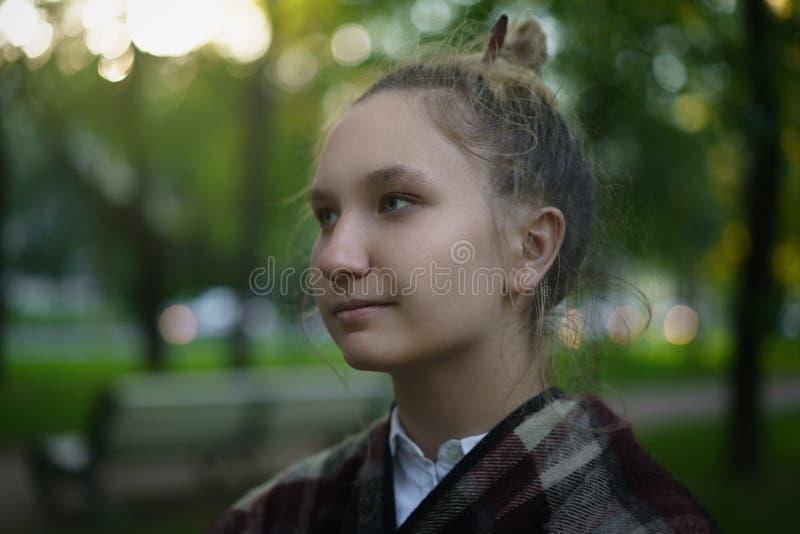 Porträt des jugendlich Mädchens im Freien auf Herbstgasse lizenzfreie stockbilder