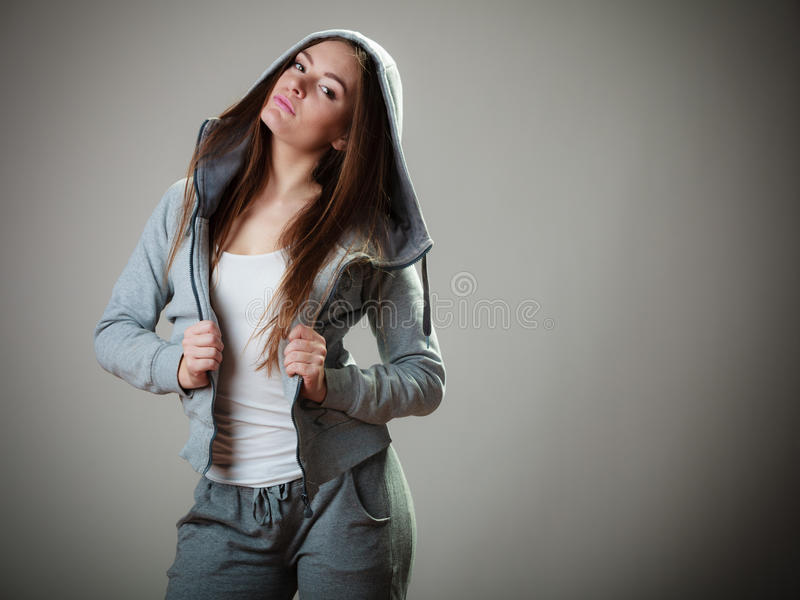 Porträt des jugendlich Mädchens im mit Kapuze Sweatshirt lizenzfreie stockfotos