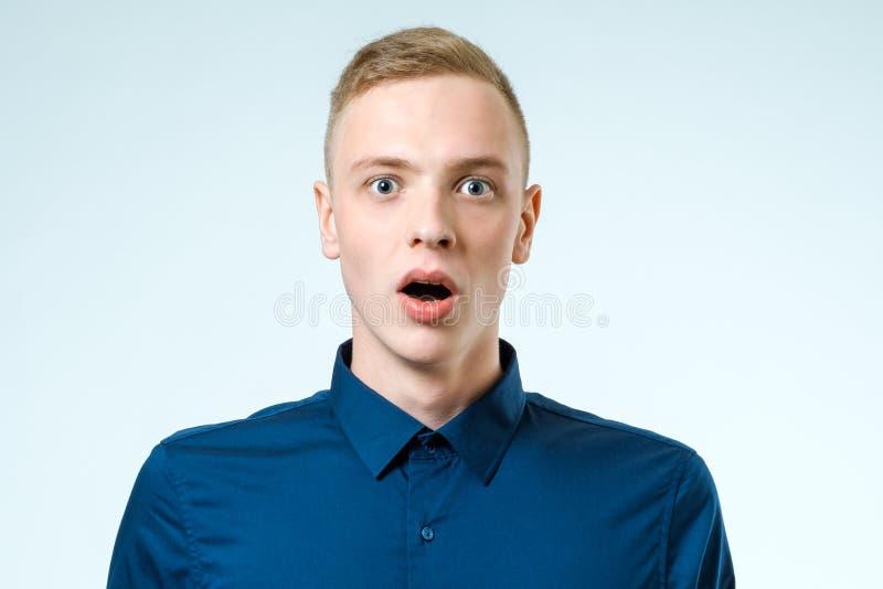 Porträt des Junge überraschten Mannes lizenzfreie stockfotografie