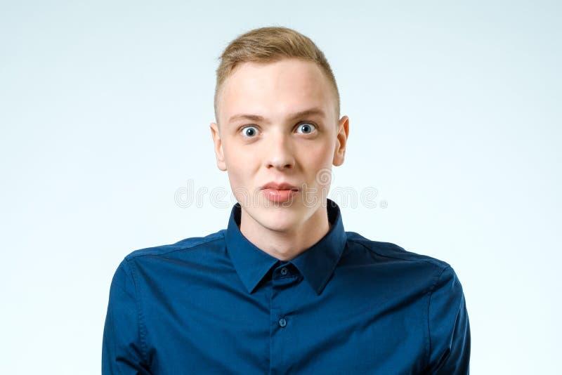 Porträt des Junge überraschten Mannes stockbilder