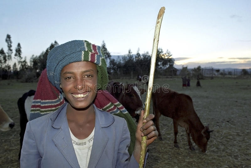 Porträt des jungen äthiopischen Hirts, cowherd lizenzfreies stockfoto