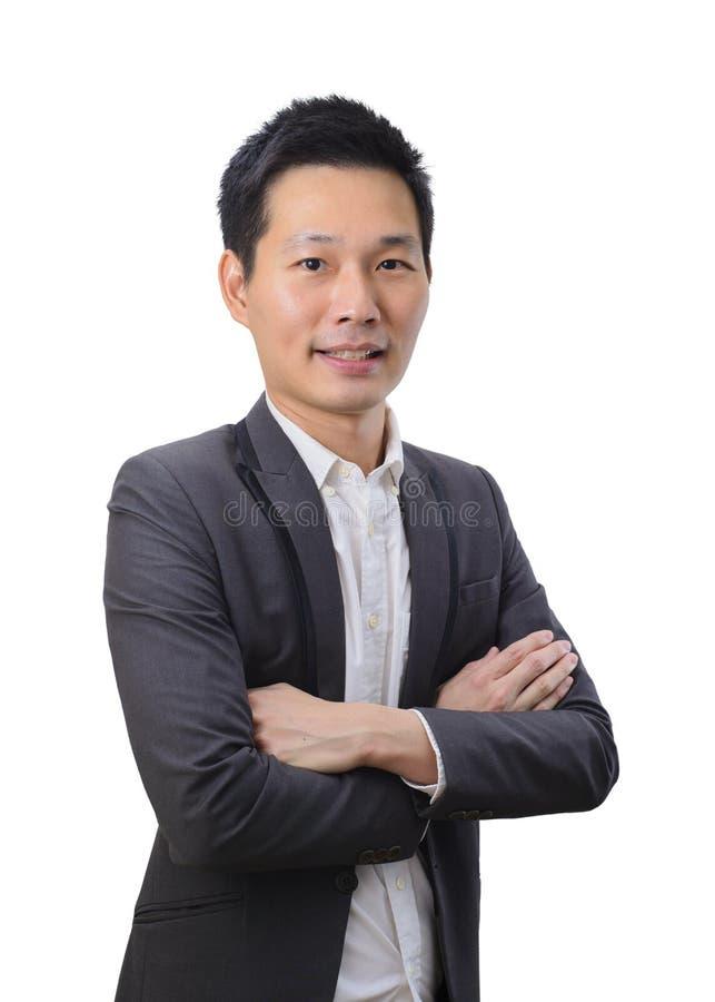 Porträt des jungen asiatischen Geschäftsmannes, der Arme gekreuzt hält lizenzfreie stockfotografie