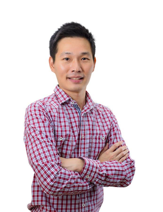 Porträt des jungen asiatischen Mannes, der Arme gekreuzt hält stockfotografie
