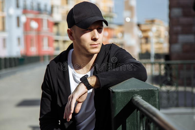 Porträt des jungen attraktiven Mannes im städtischen Hintergrund lizenzfreie stockbilder