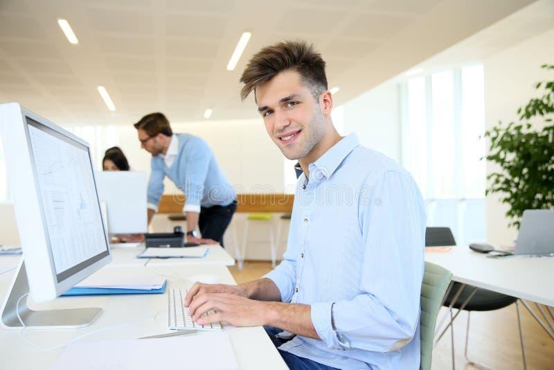Porträt des jungen Büroangestellten unter Kollegen lizenzfreie stockfotografie