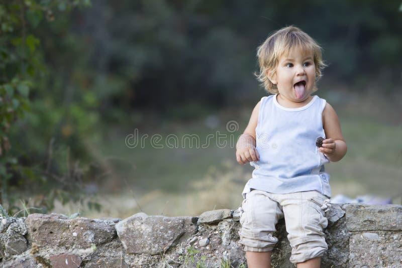 Porträt des jungen Babys Gesichter machend lizenzfreie stockfotografie