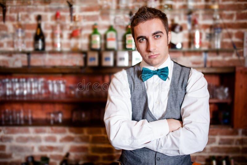 Porträt des jungen Barmixers in der Stange oder im Nachtklub lizenzfreie stockbilder
