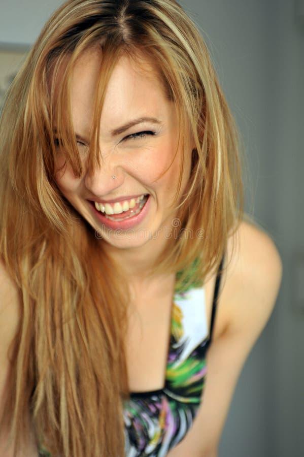 Porträt des jungen blonden Mädchens, das Gesichter macht stockfoto