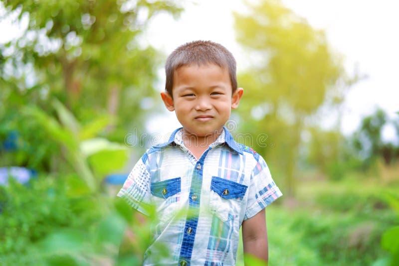 Porträt des Jungen in der Natur stockfoto