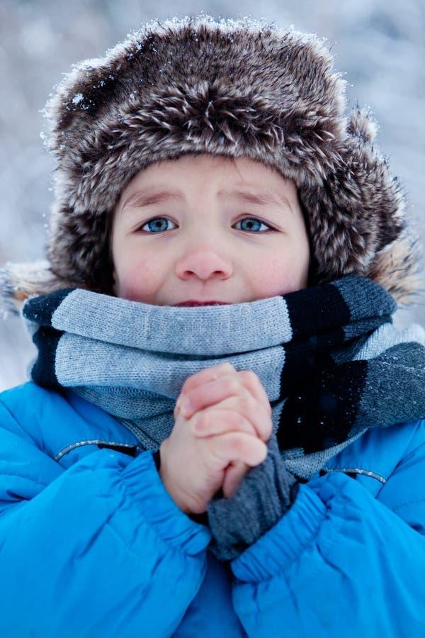 Porträt des Jungen in der Winterzeit lizenzfreies stockbild
