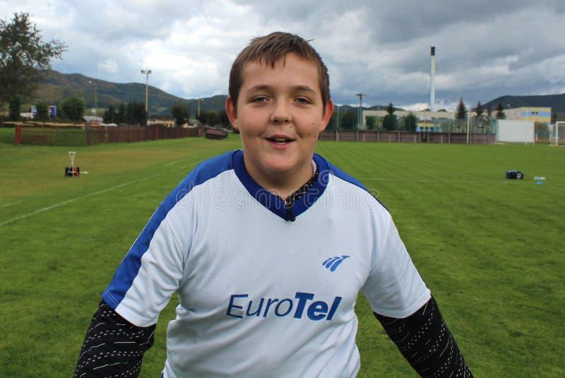 Porträt des jungen Fußballspielers, das das Spiel genoss stockbild