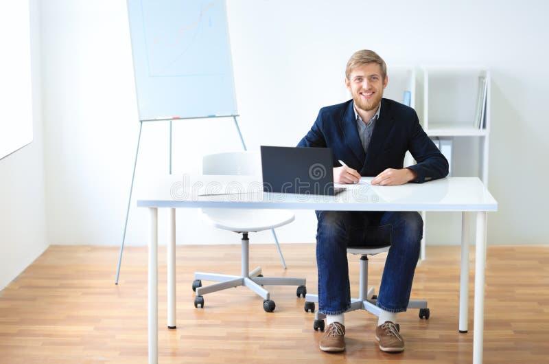 Porträt des jungen glücklichen lächelnden Geschäftsmannes mit Laptop lizenzfreie stockfotos