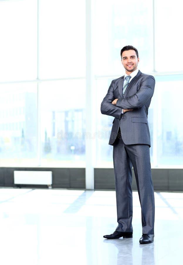 Porträt des jungen glücklichen lächelnden netten Geschäftsmannes stockfoto