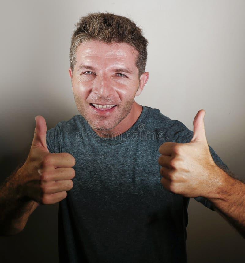 Porträt des jungen glücklichen und attraktiven sportlichen Mannes auf seinem giv 30s lizenzfreies stockbild
