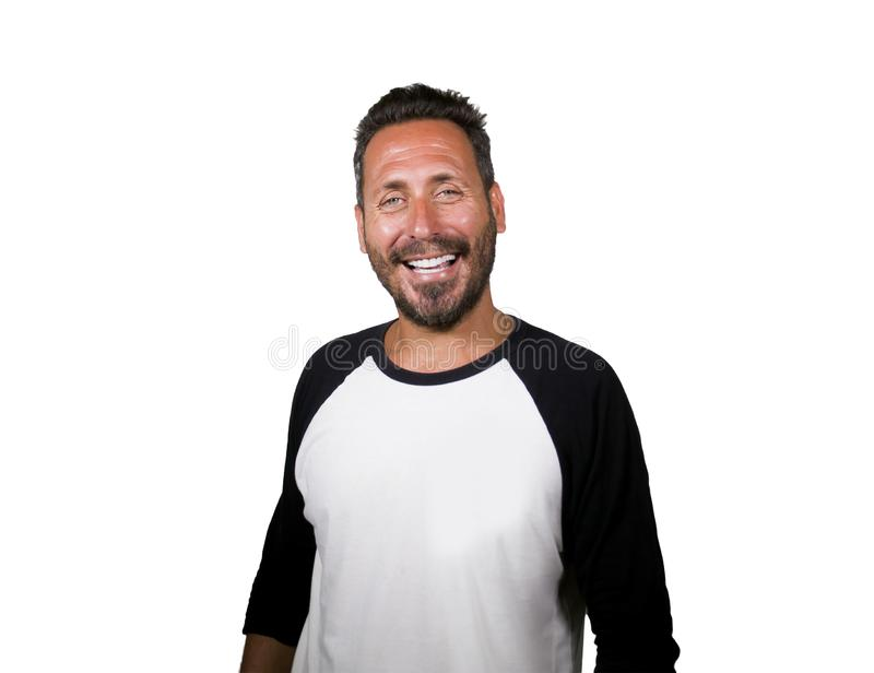 Porträt des jungen glücklichen und positiven attraktiven Mannes 40s mit blauen Augen und lächeln trotzen glückliches und nettes t lizenzfreie stockbilder