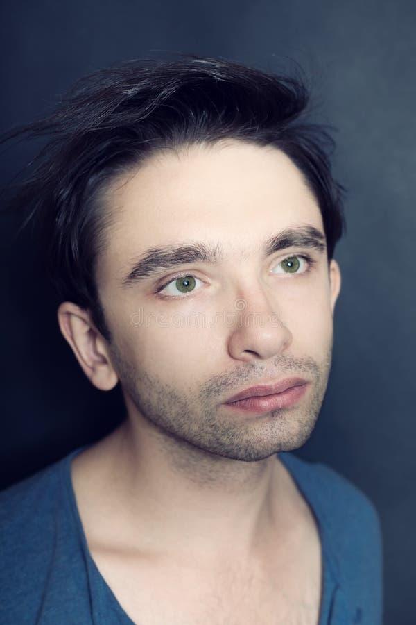 Porträt des jungen grünäugigen Mannes mit Borsten auf seinem Gesicht lizenzfreies stockbild