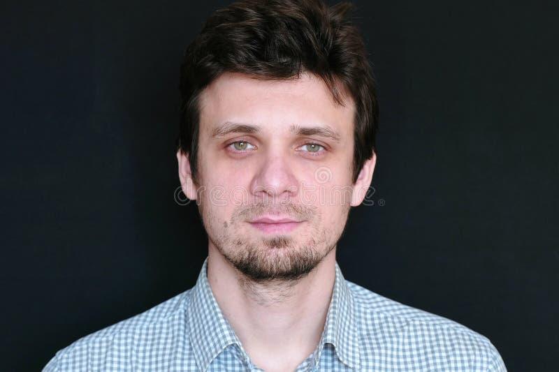 Porträt des jungen gutaussehenden Mannes in der kurzen schauenden Kamera des Plaids stockbild