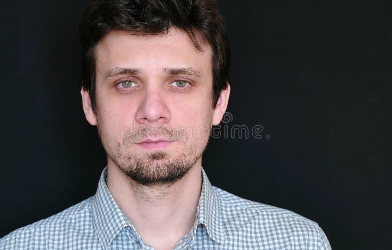 Porträt des jungen gutaussehenden Mannes in der kurzen schauenden Kamera des Plaids lizenzfreie stockfotografie