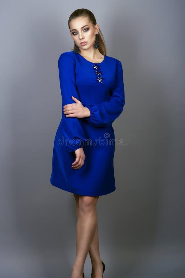 Blaues kleid make up